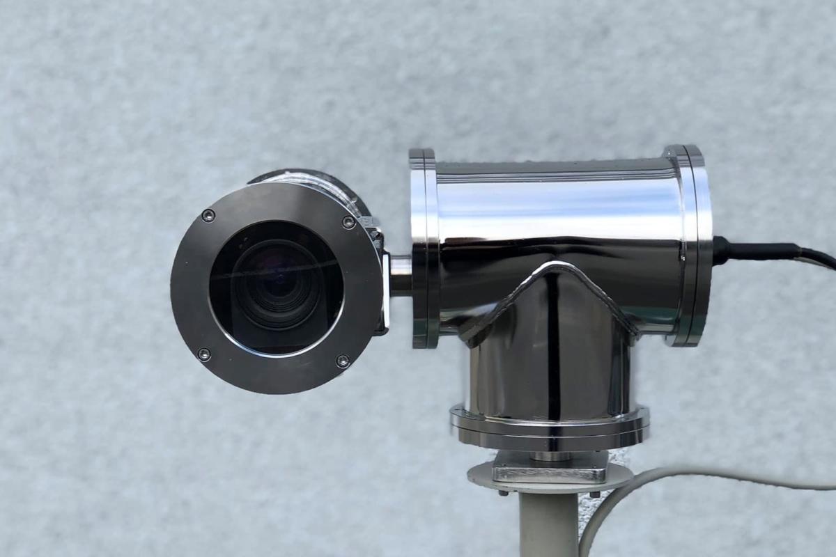 Das Bild zeigt eine spezielle Überwachungskamera für die Industrie