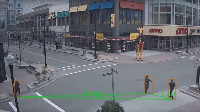 Das Bild zeigt die Einhaltung der Abstandsregeln mithilfe eines Videoüberwachungssystems