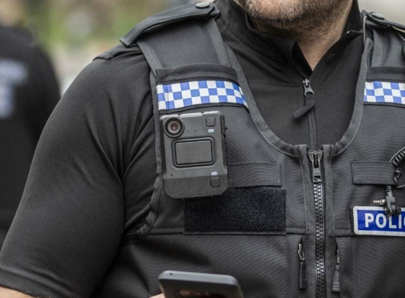 Das Bild zeigt eine Body Cam an einem Polizisten