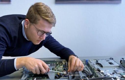 Das Bild zeigt einen Mann der an einem Videoserver arbeitet