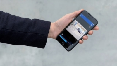 Das Bild zeigt eine Hand mit einem Handy